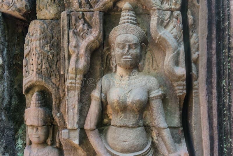 Fokus av stenväggmålningar och skulpturer i Angkor Wat arkivfoto