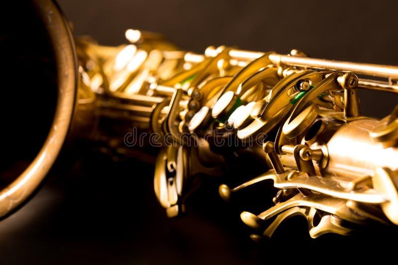 Fokus för guld- makro för saxofon för tenorsaxofon selektiv fotografering för bildbyråer