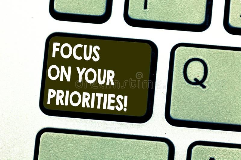Fokus för textteckenvisning på dina prioriteter Det begreppsmässiga fotoet gör ett plan som baseras på viktiga saker för att göra royaltyfri illustrationer