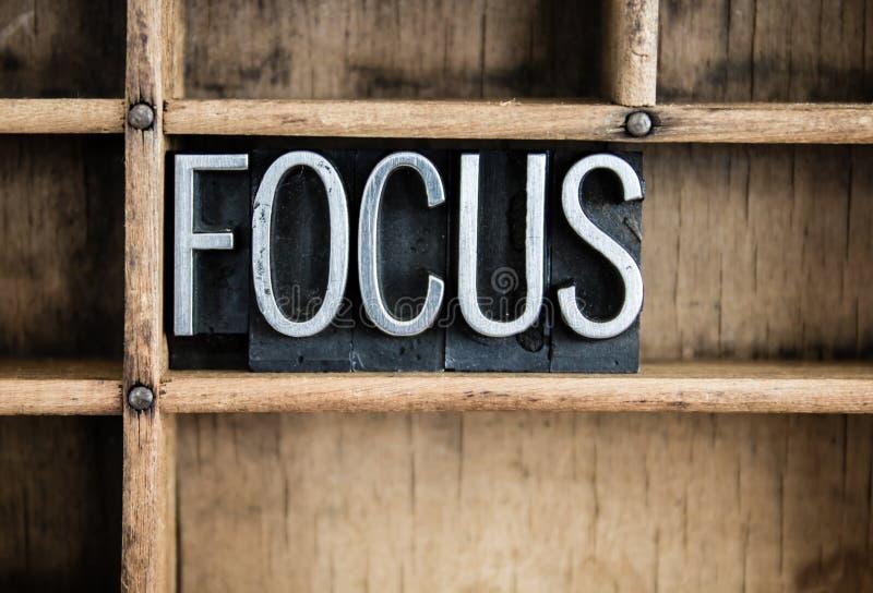 Fokus-Konzept-Metallbriefbeschwerer-Wort im Fach lizenzfreies stockfoto