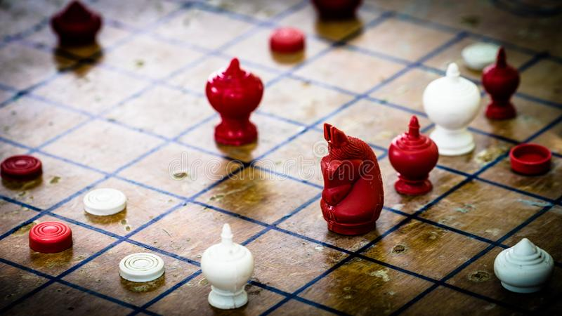 Fokus på det aggressiva röda hästdiagramet, thailändskt schack på Wood bräde, T royaltyfria bilder