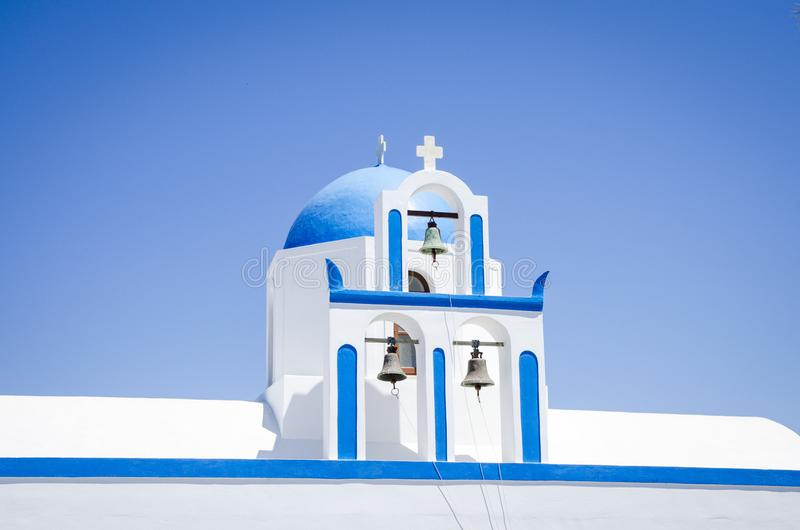 Fokusera på den blåa kupolen och tre klockor fotografering för bildbyråer