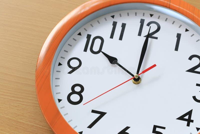 Fokusera tid i klocka av tio klockan för designen i din busine arkivbild