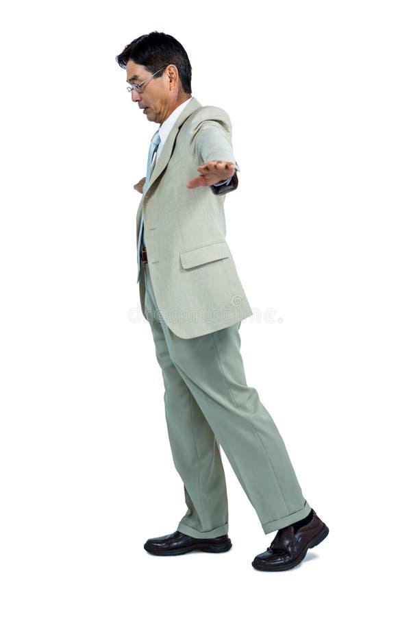 Fokuserad affärsman som går raksträcka framåt royaltyfri foto