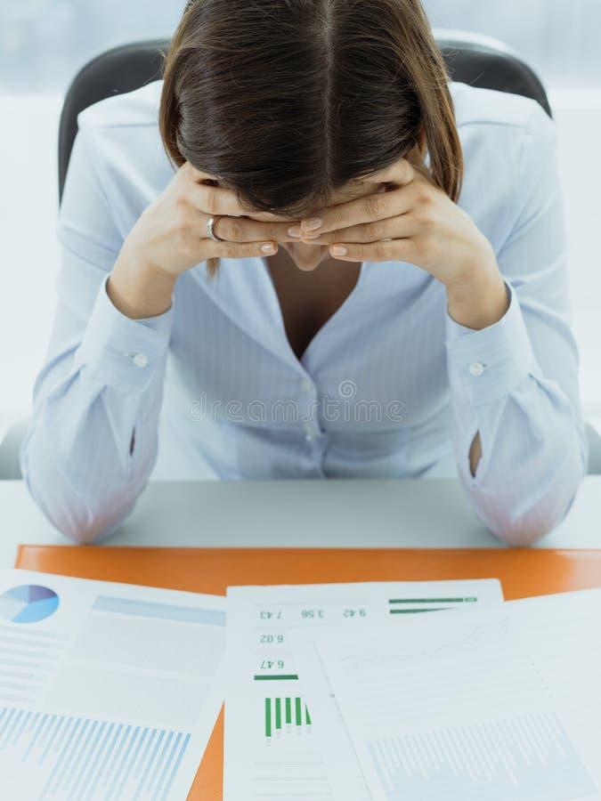Fokuserad aff?rskvinna som kontrollerar finansiellt rapporter och t?nka arkivfoton
