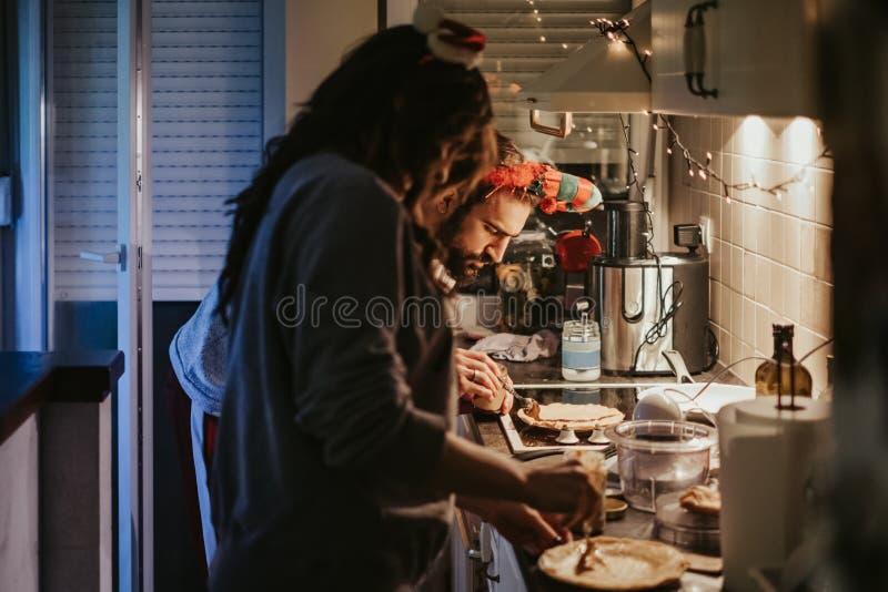 Fokuserad fördelande kräm för man på pannkakan i köket arkivbild