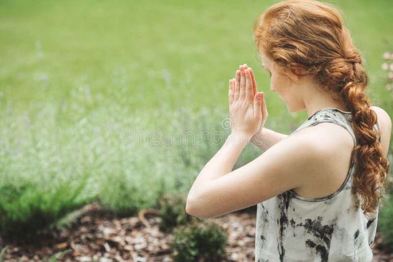 Fokuserad kvinna med sammanfogade händer royaltyfria foton
