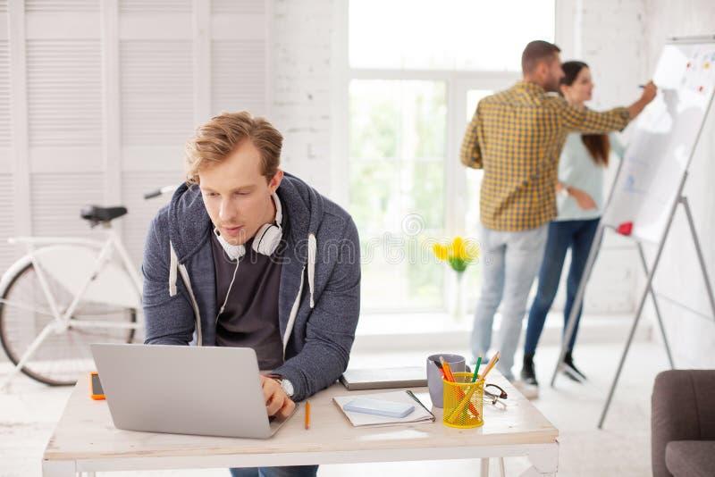 Fokuserad manlig anställd som överför emailen royaltyfria foton