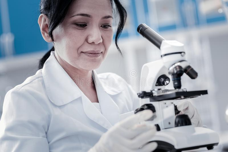 Fokuserad mogen dam som förbereder prövkopian för ytterligare undersökning arkivfoton