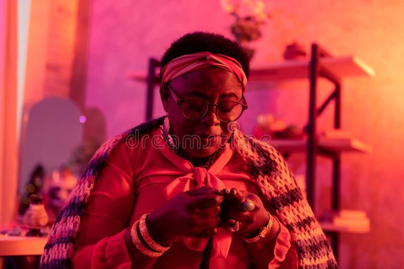 Fokuserade den fylliga spåman för afrikanska amerikanen med stor cirkelkänsla fotografering för bildbyråer
