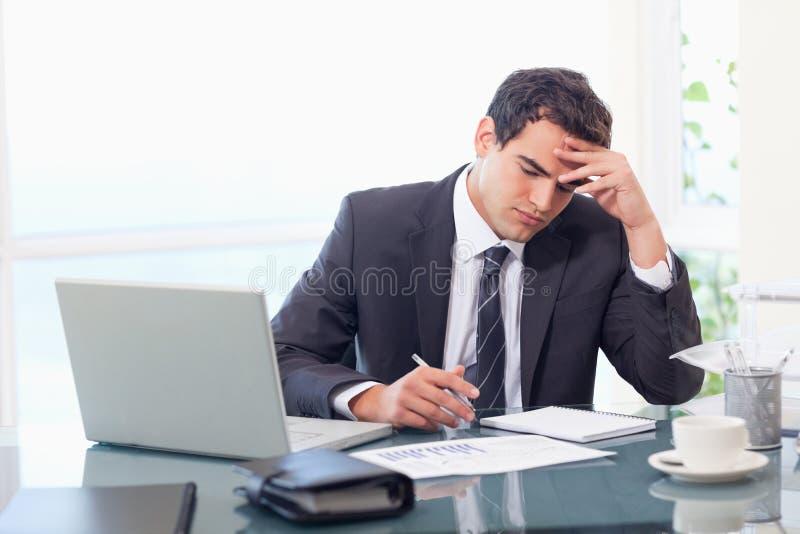 Fokuserat affärsmanarbete arkivbild