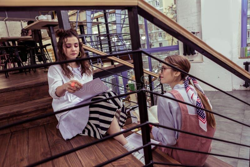 Fokuserat appellera damer som bär stilfulla dräkter, i att kyla område royaltyfri bild