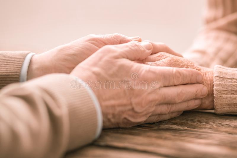 Fokuserat foto på manliga händer som som är nära kvinnlig fotografering för bildbyråer