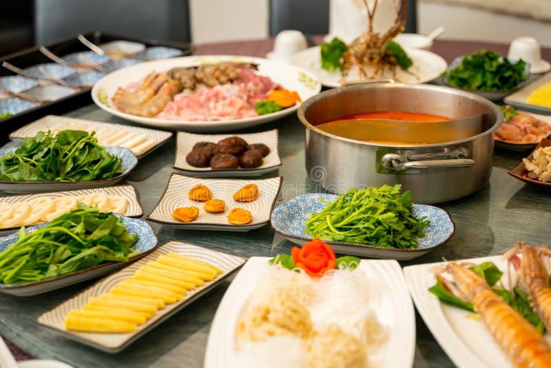 Fokuserat skott av sidodisk runt om soppa på en orientalisk tabell med suddig bakgrund arkivbild