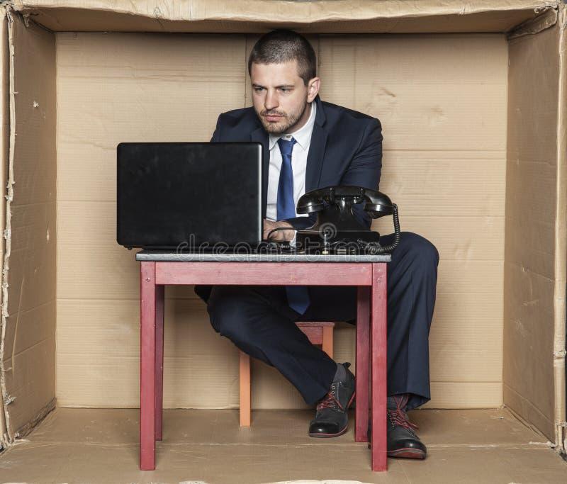 Fokusframsidan av en affärsman ger uttrycksspänning royaltyfri foto