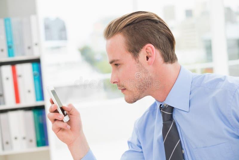 Fokussierte Geschäftsmannversenden von sms-nachrichten stockfotos
