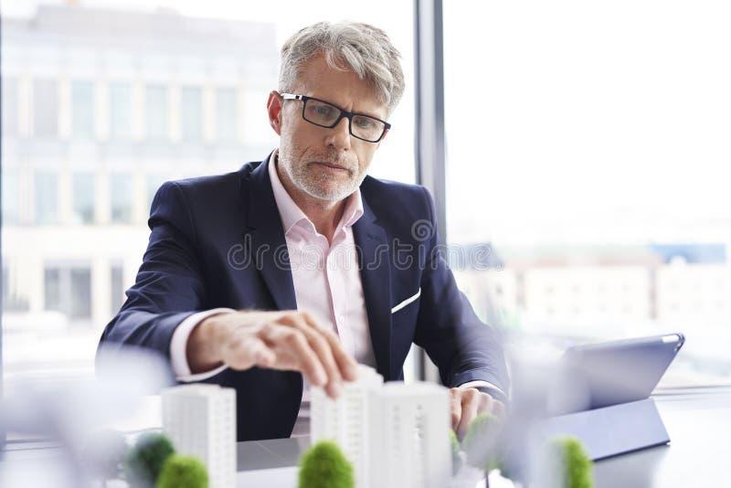 Fokussierter Geschäftsmann, welche nach neuen Lösungen sucht lizenzfreies stockbild
