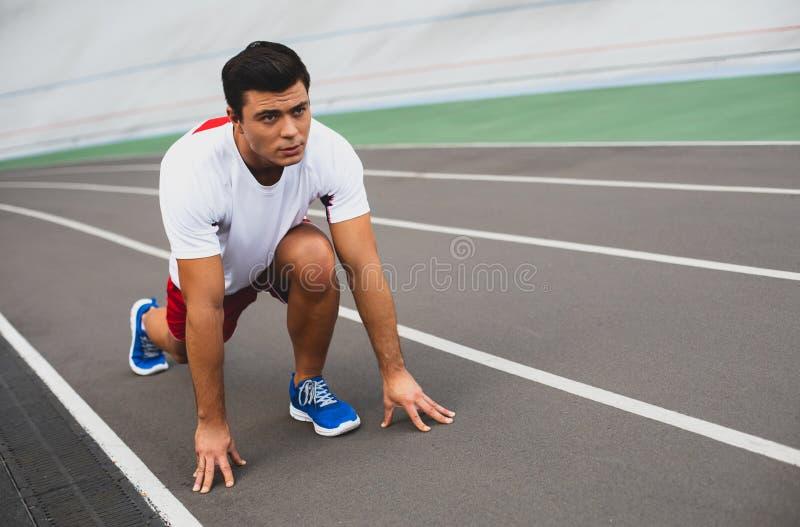 Fokussierter junger Mann macht Training im Freien lizenzfreie stockfotos