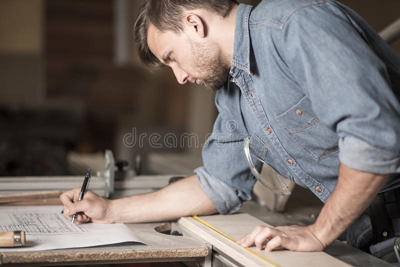 Fokussierter Tischler bei der Arbeit stockbilder