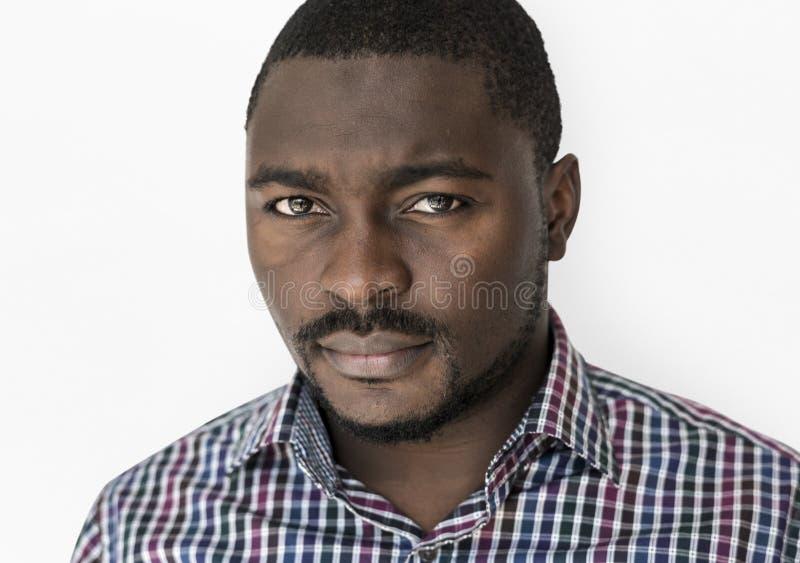 Fokussiertes ernstes der afrikanischen Abstammung Mann lizenzfreies stockbild