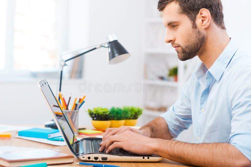 Fokussierung bei der Arbeit lizenzfreie stockbilder