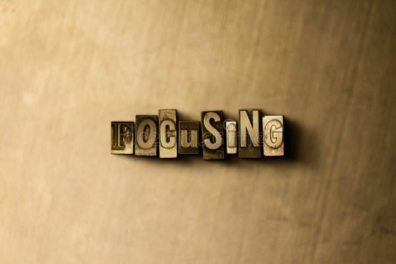 FOKUSSIERUNG - Nahaufnahme der grungy Weinlese setzte Wort auf Metallhintergrund lizenzfreie stockfotografie