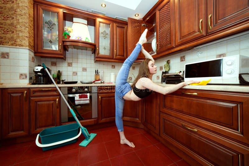 Folâtre des femmes au foyer pendant le nettoyage photos stock