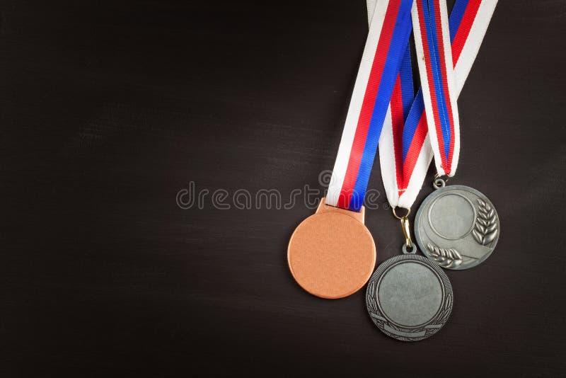 Folâtre des médailles sur un fond en bois Collection de médailles pour les gagnants Récompenses dans les sports photographie stock