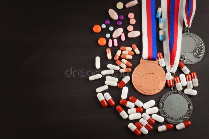 Folâtre des médailles sur un fond en bois Collection de médailles pour les gagnants Récompenses dans les sports photos libres de droits