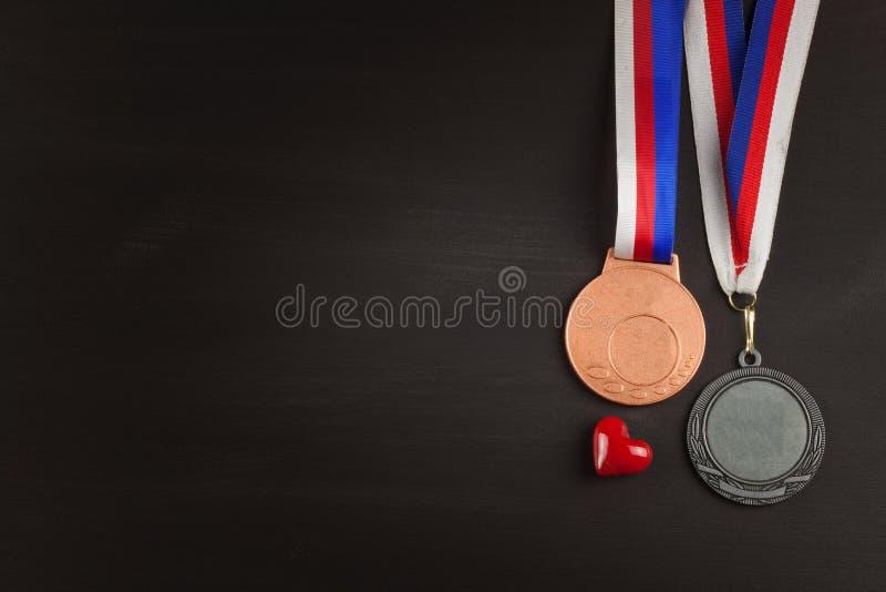 Folâtre des médailles sur un fond en bois Collection de médailles pour les gagnants Récompenses dans les sports images libres de droits
