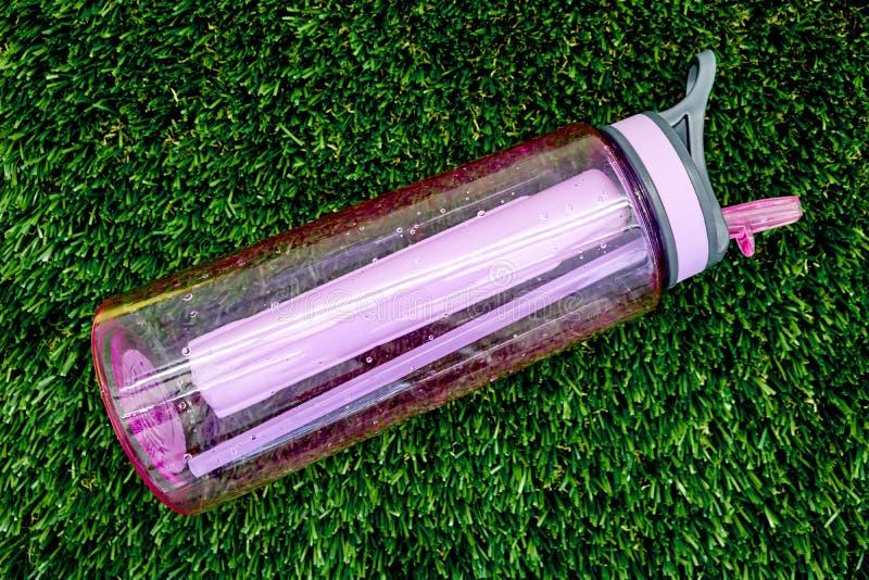 Folâtre la bouteille d'eau photographie stock libre de droits