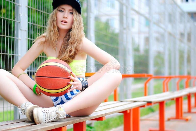 Folâtre la fille Fille élégante dans les sports Faire des sports Formation urbaine de fille Basket-ball court photographie stock