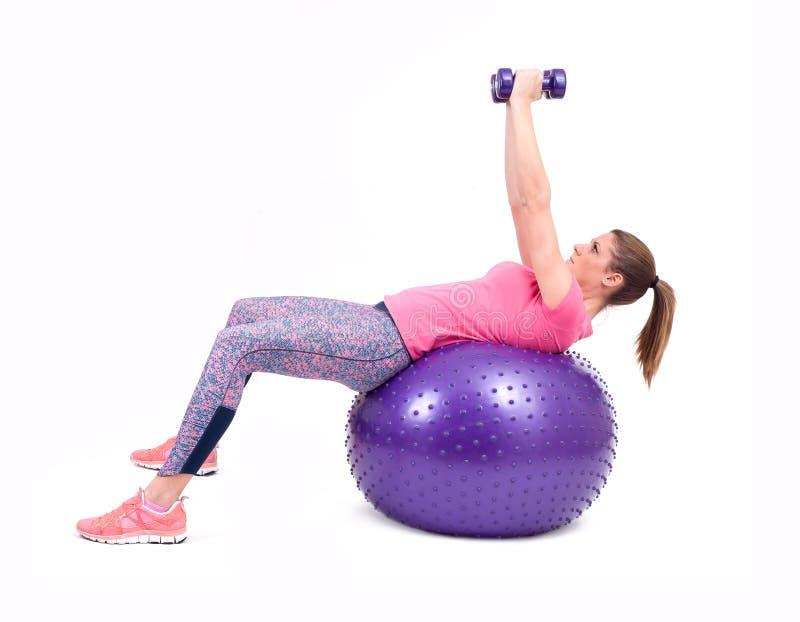 Folâtrez l'exercice de femme avec une boule et des haltères de pilates photo stock