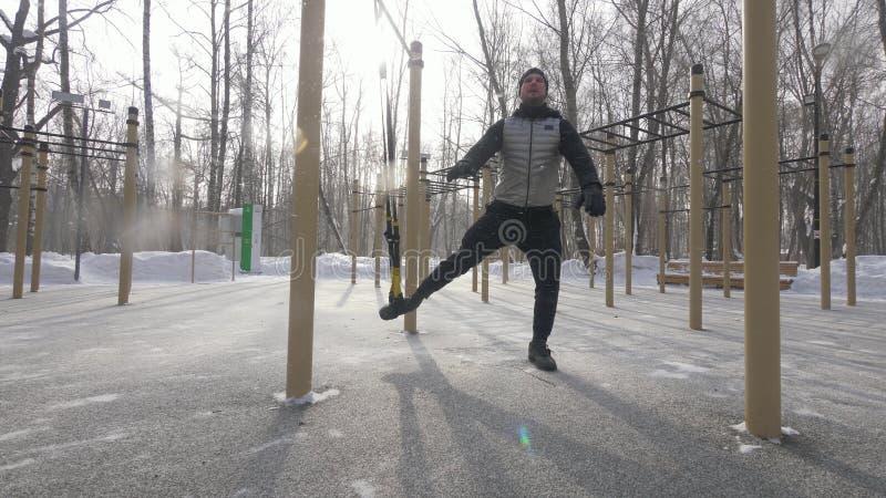 Folâtrez l'homme faisant l'exercice de séance d'entraînement pour former et étirer des muscles de jambe photographie stock libre de droits