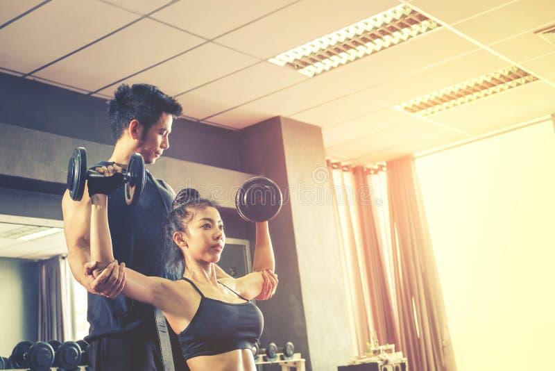 Folâtrez la fille faisant des exercices de poids fonctionnant avec les haltères lourdes photo libre de droits