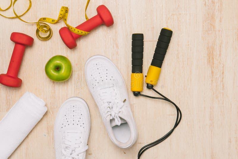 Folâtrez les chaussures et l'eau avec l'ensemble pour des activités sur le plancher en bois photos libres de droits