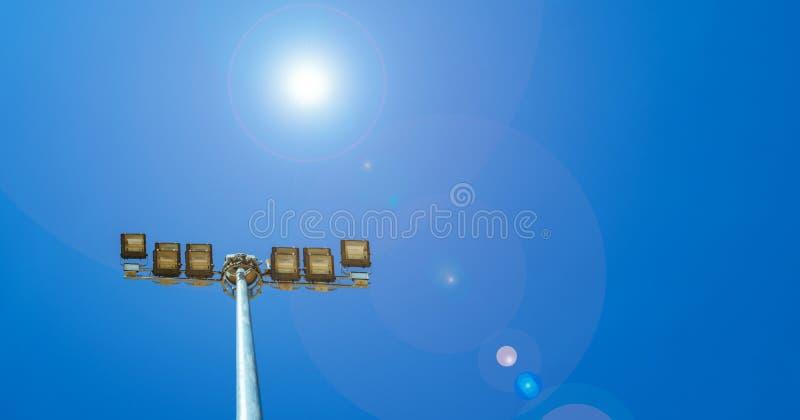 Folâtrez les lumières du stade sur le beau ciel bleu photographie stock