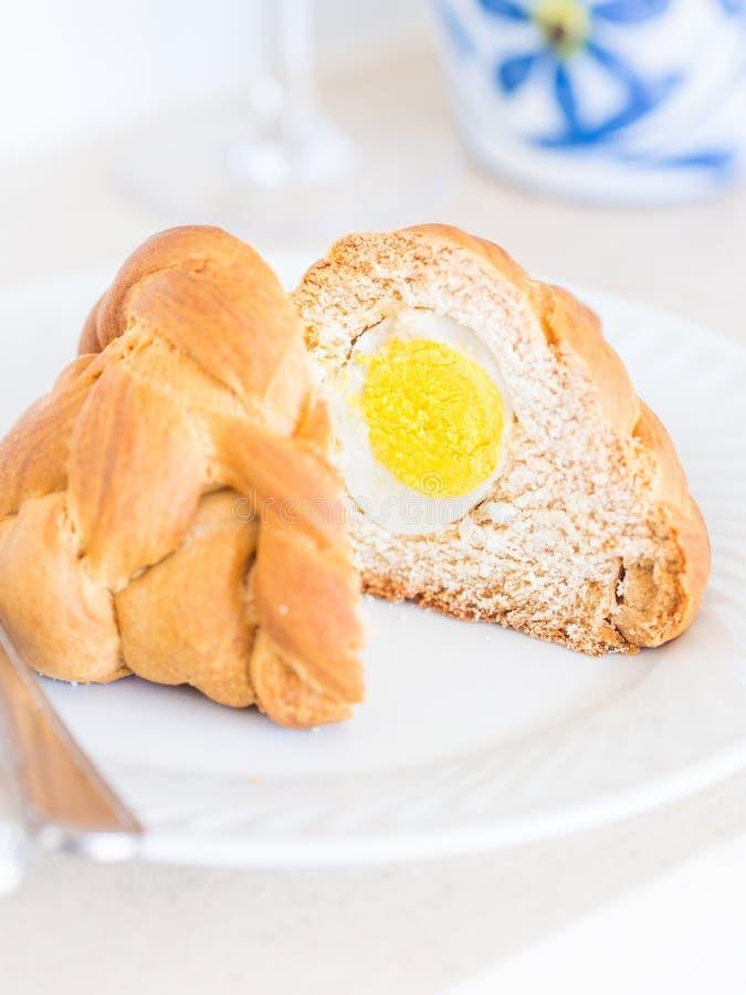 Folar,与整蛋里面的传统葡萄牙复活节面包 免版税库存图片