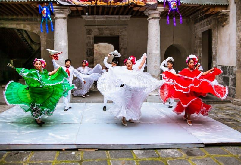 Folclo'rico mexicano executa no centro cultural Zacatecas, México foto de stock