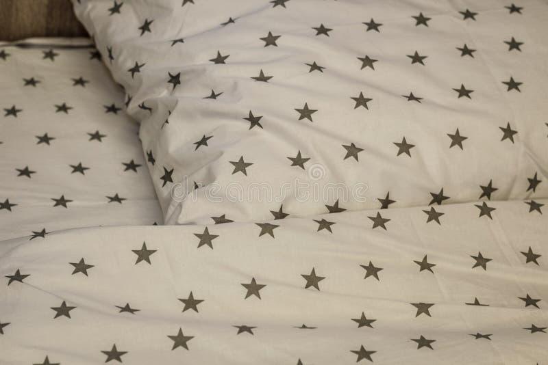 Folha, cobertura e descansos brancos do fundamento na sala de hotel Resto, dormindo, conceito do conforto Descanso na cama Imagem foto de stock royalty free