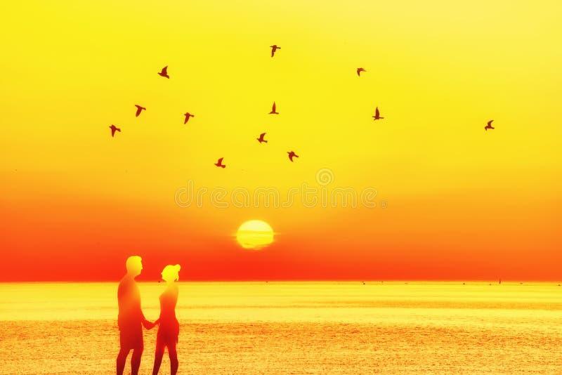 Folha da foto collage paisagem do mar, por do sol, alvorecer, silhueta dos pares contra o sol imagem de stock
