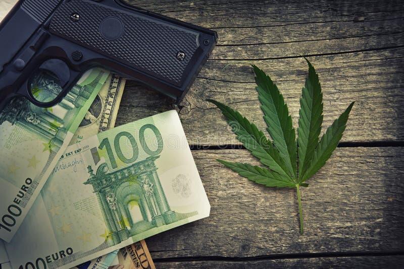 Folha da marijuana na tabela de madeira foto de stock royalty free