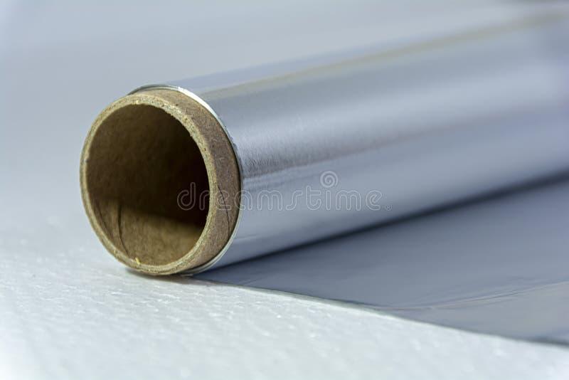 Folha de alumínio de fecho para assar e assar Folha de alumínio, vista lateral Embalagem de folha de alimentos sobre fundo branco imagem de stock