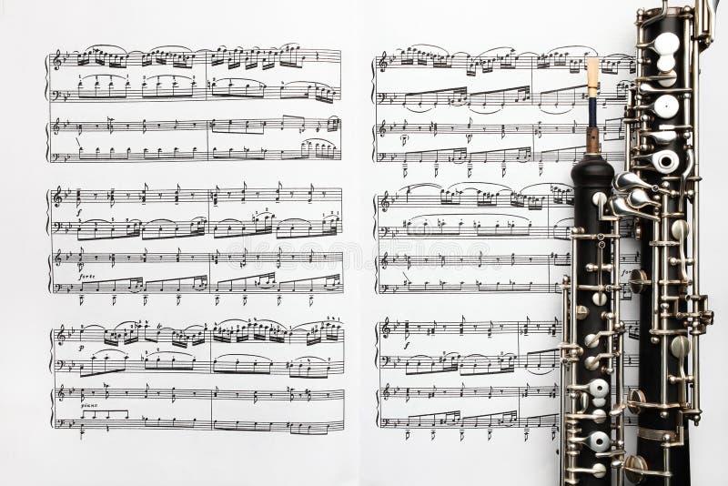 A folha de música dos instrumentos musicais nota o oboé fotos de stock