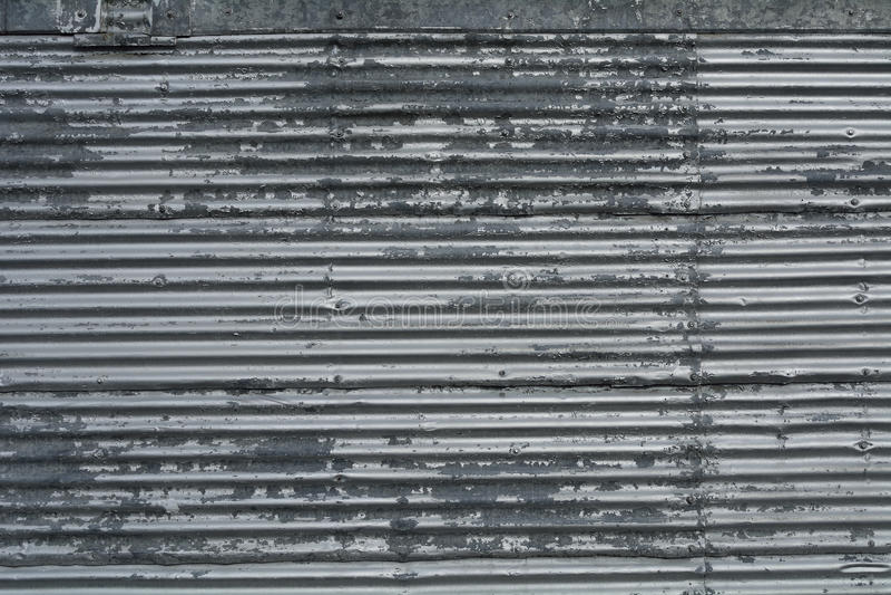 A folha de metal ondulada com rebites modela o fundo da textura fotos de stock royalty free