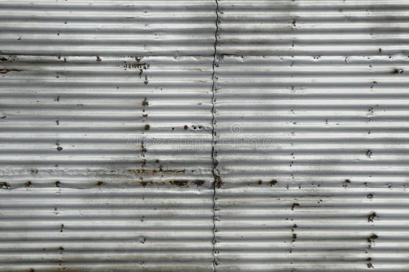Folha de metal ondulada oxidada fotografia de stock royalty free