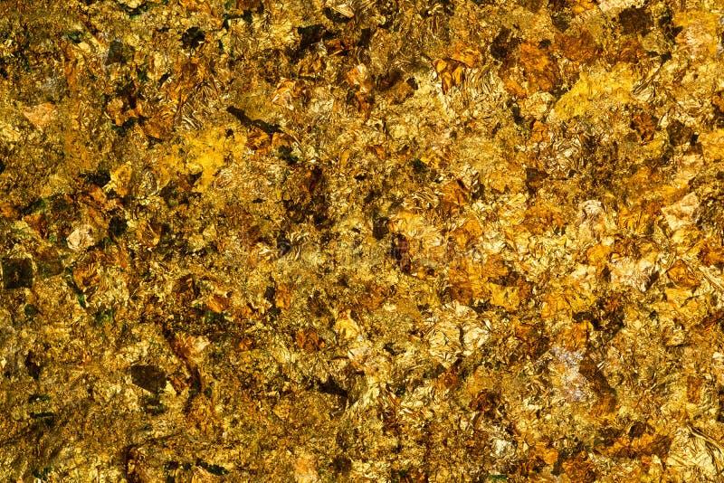 A folha de ouro amarelo ou as sucatas brilhantes do fundo da folha de ouro texture, surgem da parte traseira da imagem da Buda imagens de stock royalty free