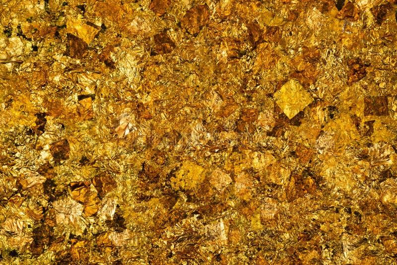 Folha de ouro amarelo ou sucatas brilhantes da textura do fundo da folha de ouro imagem de stock royalty free