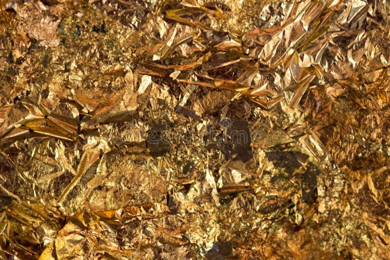 Folha de ouro amarelo ou sucatas brilhantes da textura do fundo da folha de ouro foto de stock royalty free