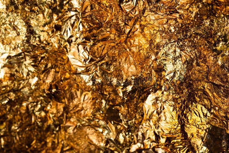 Folha de ouro amarelo ou sucatas brilhantes da textura do fundo da folha de ouro imagem de stock